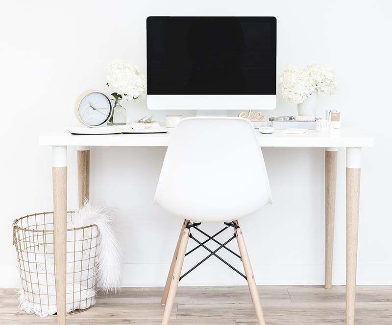Bureau moderne blanc hygge avec ordinateur Apple pour rédactrice freelance